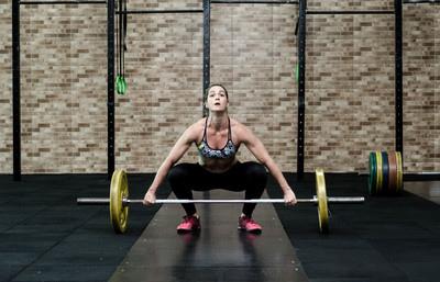 mujer preparando un levantamiento de estilo olímpico